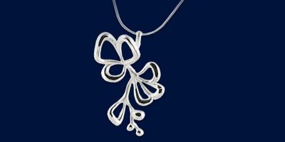 Halsband med ett blomsterhängsmycke i silver