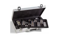 Myntväska i aluminiumlook med  hörnbeslag i metall och plats för 190 mynt. Vadderat lock på insidan med svart sammetsfoder.